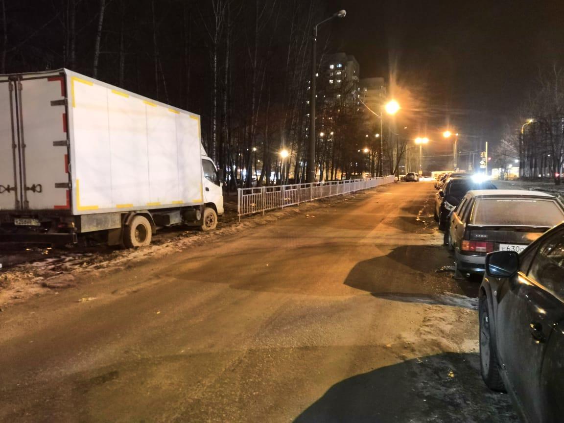 Газон улицы Ванеева защитили от автовандалов железным забором
